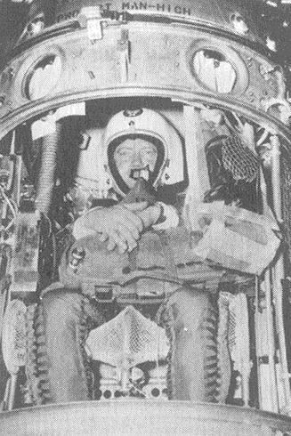 Manhigh 01 - Joseph Kittinger no interior da Manhigh-I a 2 de Junho de 1957