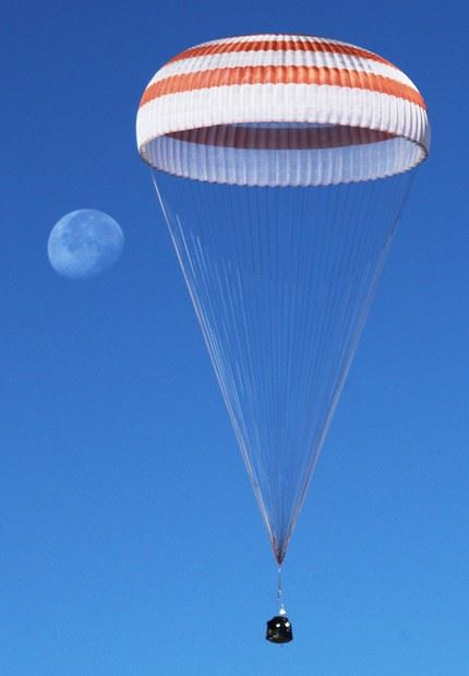 A Russian Soyuz TMA-21 space capsule descends about 150 km south-east of the Kazakh town of Dzhezkazgan, Kazakhstan,16 September 2011. The Soyuz capsule carrying U.S. astronaut Ron Garan and two Russian cosmonauts Andrey  Borisenko and Alexander Samokutyayev safely returned to Earth in the Kazakh steppe on 16 September.
